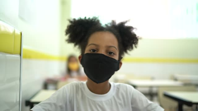 vídeos y material grabado en eventos de stock de retrato de una colegiala estudiando en el aula - edad humana