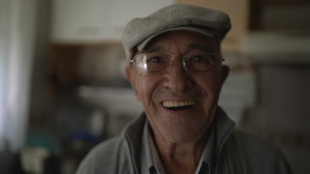 ritratto di un uomo anziano a casa - berretto video stock e b–roll