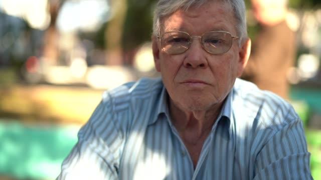 カメラを見て年配の男性の肖像画 - ブラジル文化点の映像素材/bロール