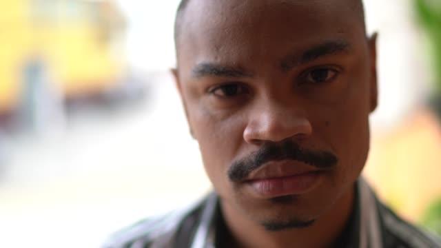 porträtt av en allvarlig man - mellan 30 och 40 bildbanksvideor och videomaterial från bakom kulisserna