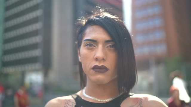 portrait of a serious transgender woman during lgbtqi parade - coraggio video stock e b–roll