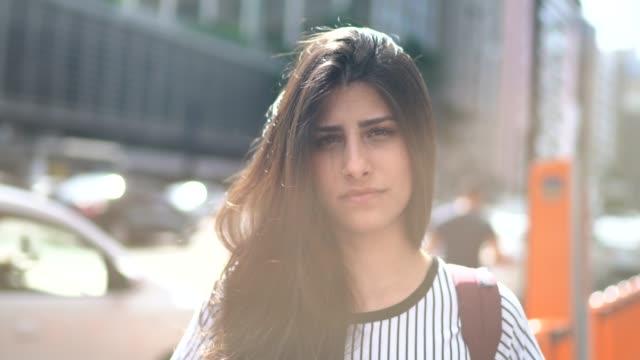 ritratto di giovane donna seria - distinguersi dalla massa video stock e b–roll