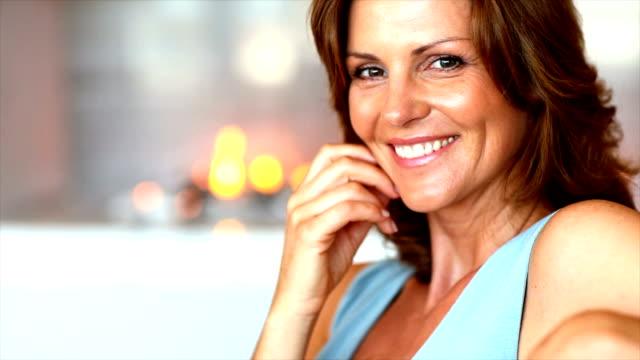 vidéos et rushes de portrait d'une femme d'âge mûr souriant à la maison - 40 44 ans