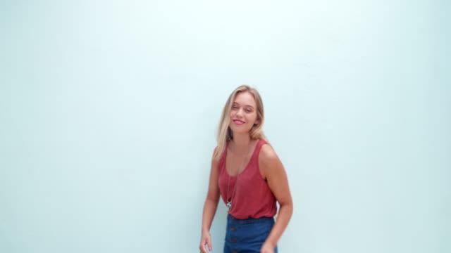 Ritratto di un sorridente giovane ragazza bionda sorridente - video