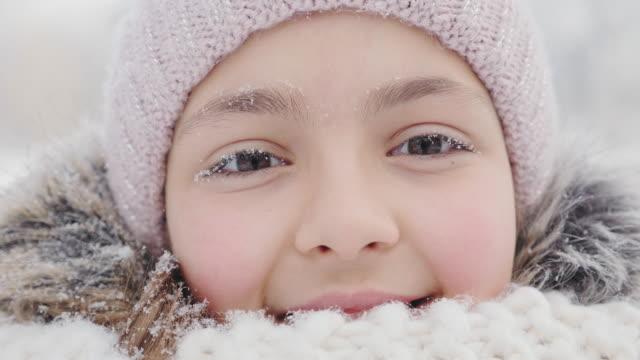 porträtt av en tonåring flicka en frostig vinterdag - snow kids bildbanksvideor och videomaterial från bakom kulisserna