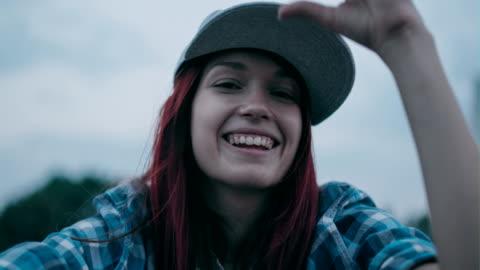 vidéos et rushes de portrait d'une adolescente. - chapeau