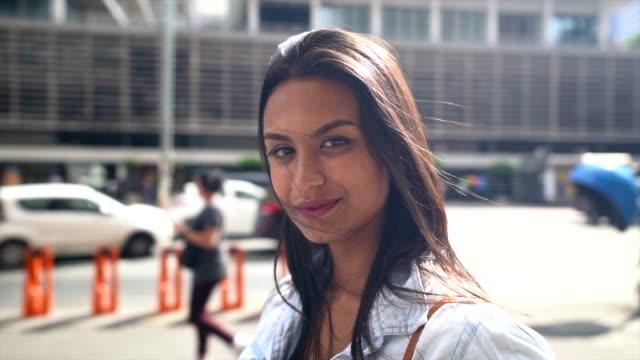 vídeos de stock, filmes e b-roll de retrato de uma menina do adolescente em uma avenida - brasileiro pardo