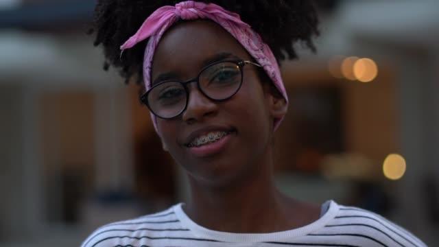 bir evin önünde bir genç kız portre - dijital yerli stok videoları ve detay görüntü çekimi