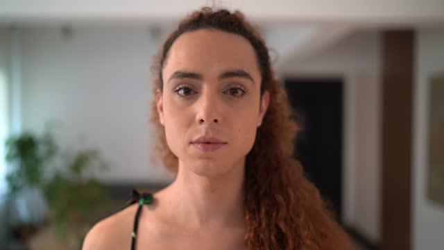 vídeos de stock, filmes e b-roll de retrato de uma mulher transgênero em casa - lgbt