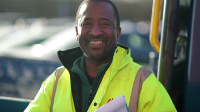 vídeos y material grabado en eventos de stock de retrato de un camionero - conductor de autobús