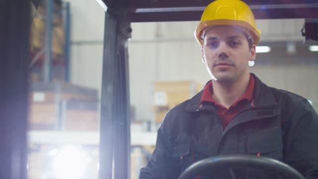 stockvideo's en b-roll-footage met portret van een magazijnmedewerker, heftruck rijden. - warehouse worker