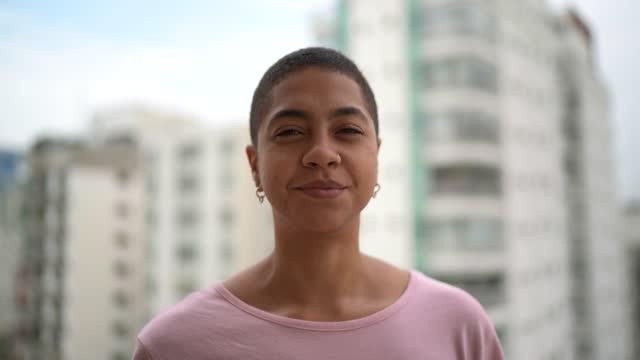 vidéos et rushes de verticale d'une femme à la ville sur l'arrière-plan - 25 29 ans