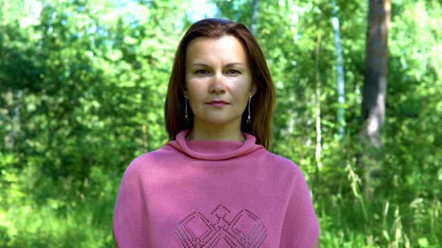 Retrato de una mujer en el parque. - vídeo