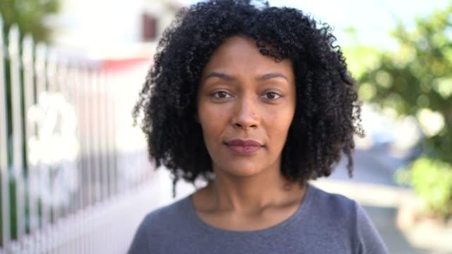porträtt av en kvinna på gatan - endast kvinnor bildbanksvideor och videomaterial från bakom kulisserna