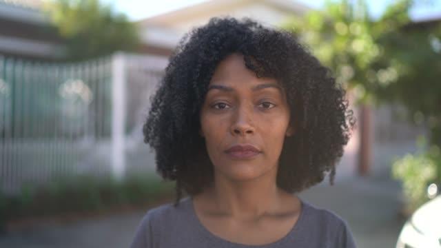 porträtt av en kvinna på gatan - mellan 30 och 40 bildbanksvideor och videomaterial från bakom kulisserna