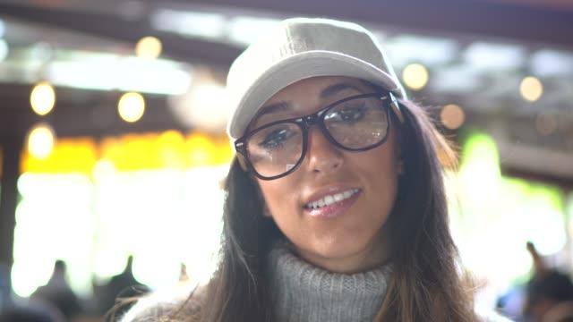 카페테리아 안에 있는 여성의 초상화 - 근거리 초점 스톡 비디오 및 b-롤 화면