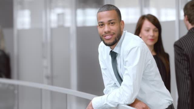 SLO MO Porträt eine junge afrikanische amerikanische Geschäftsmann – Video