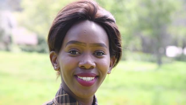 genç bir afrikalı kadın portresi - peruk stok videoları ve detay görüntü çekimi