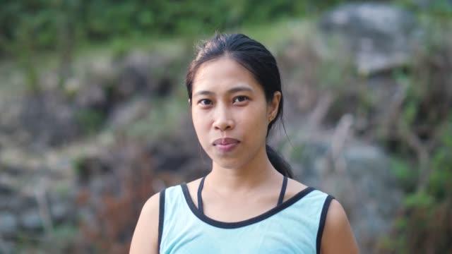 ritratto di una giovane donna asiatica sorridente con le parentesi graffe dei denti. - filippino video stock e b–roll