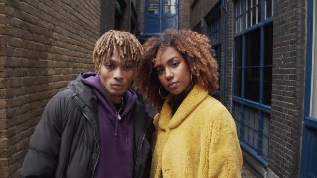 stockvideo's en b-roll-footage met portret van een jong paar in de straat - slow motion video - mannelijk