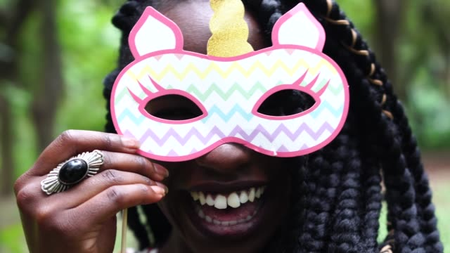 Porträt eines jungen Mädchens, die Spaß mit Einhorn-Prop – Video