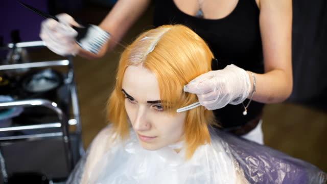 ritratto di una giovane ragazza in un salone di bellezza - guanto indumento sportivo protettivo video stock e b–roll