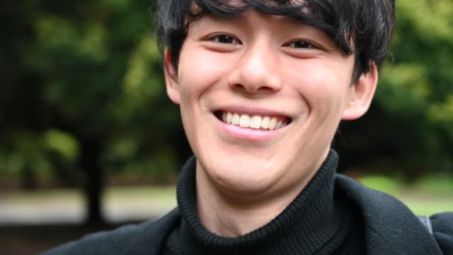 笑顔の若い日本人男性の肖像 - 男性 笑顔点の映像素材/bロール