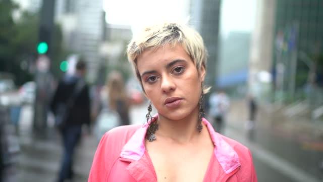 vídeos y material grabado en eventos de stock de retrato de una joven latina en la ciudad - cabello corto