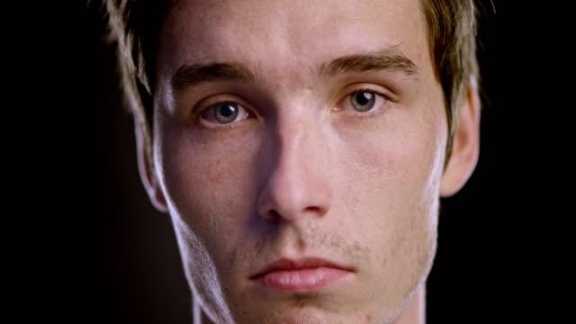 porträtt av en ung sorgliga kaukasiska manlig - male eyes bildbanksvideor och videomaterial från bakom kulisserna