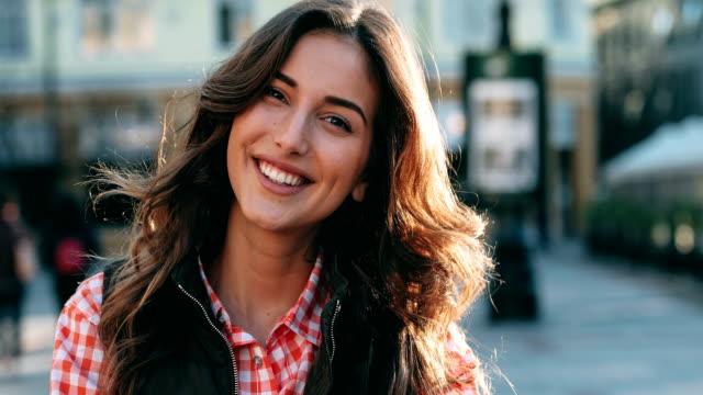 vídeos de stock e filmes b-roll de portrait of a young woman - mulher bonita