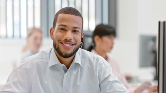 slo mies. portret african american call center operatora - pracownik obsługi klienta filmów i materiałów b-roll