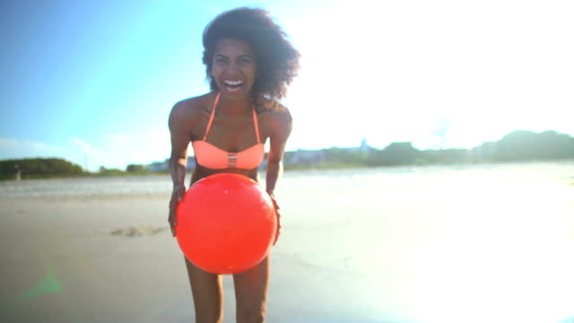vídeos de stock, filmes e b-roll de retrato de mulher afro-americana, jogando na praia - afro americano