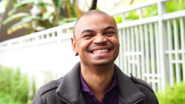 Portrait des afrikanischen Geschäftsmann lächelnd – Video