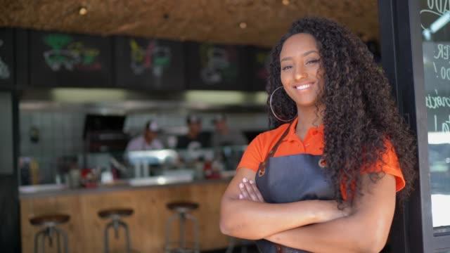 portret afrykańskiej kelnerki etnicznej / właściciel w restauracji - mały filmów i materiałów b-roll