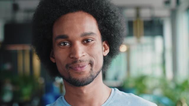 그의 얼굴에 큰 미소를 가진 아프리카 남자의 초상화 - 잘생김 스톡 비디오 및 b-롤 화면