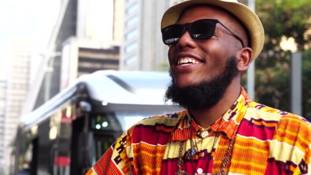 porträtt av afro nedstigningen leende och spelar gitarr på avenida paulista, são paulo, brasilien - sångare artist bildbanksvideor och videomaterial från bakom kulisserna