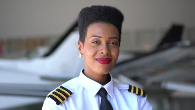 porträtt av flygplan pilot i en hangar och titta på kamera - pilot bildbanksvideor och videomaterial från bakom kulisserna