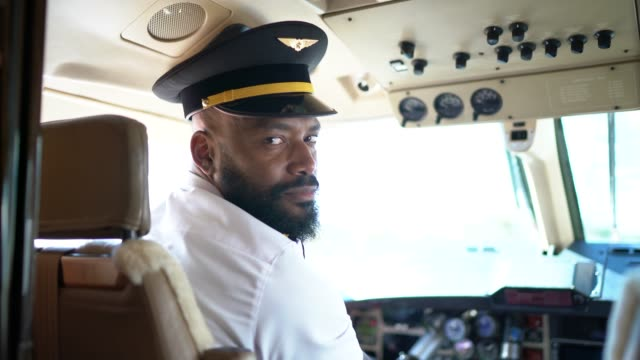 porträtt av flygplan pilot tittar över axeln i en privat jet - pilot bildbanksvideor och videomaterial från bakom kulisserna