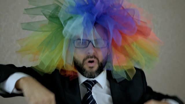 eğlenceli dans ile saç trendy renkli peruk inanılmaz erkek gay portresi. pozitif insan hissi başarılı katip. müdür mutlu şans.  ofiste sakal dans eden çekici bir adam. - peruk stok videoları ve detay görüntü çekimi
