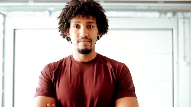 아프리카 운동선수의 초상화 - 몸매 관심 스톡 비디오 및 b-롤 화면