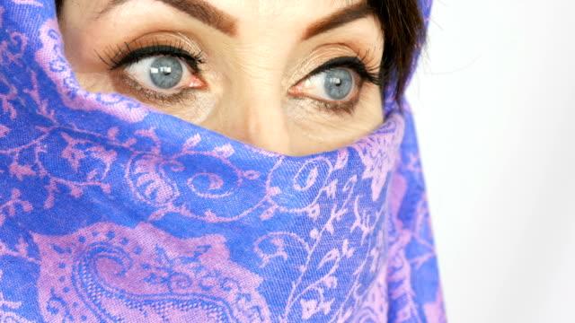 porträtt av en arabisk medelålders vuxen kvinna med ovanliga vackra stora blå ögon - anständig klädsel bildbanksvideor och videomaterial från bakom kulisserna