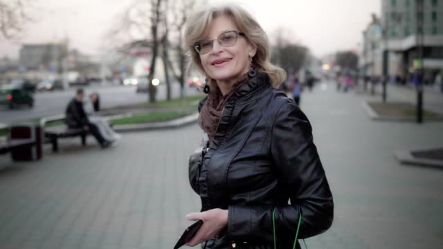 portrait of an attractive middle-aged woman in the city - orecchio umano video stock e b–roll