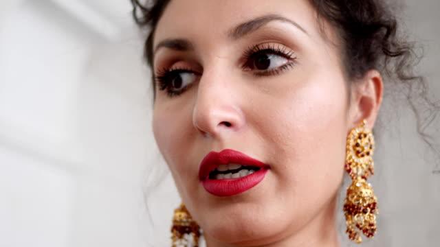 porträt einer eleganten jungen frau mit roten lippen im schönen schicke ohrringe - ohrring stock-videos und b-roll-filmmaterial