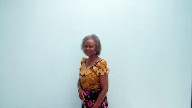 Ritratto di una vecchia donna anziana - video