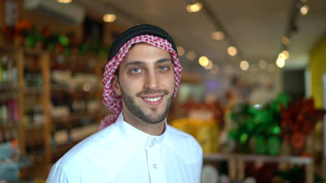 ritratto dell'uomo arabo del medio oriente nella sua piccola impresa - cultura del medio oriente video stock e b–roll
