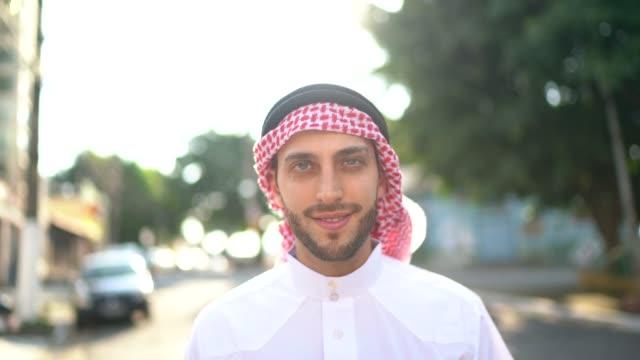 ritratto dell'uomo arabo del medio oriente in strada - cultura del medio oriente video stock e b–roll