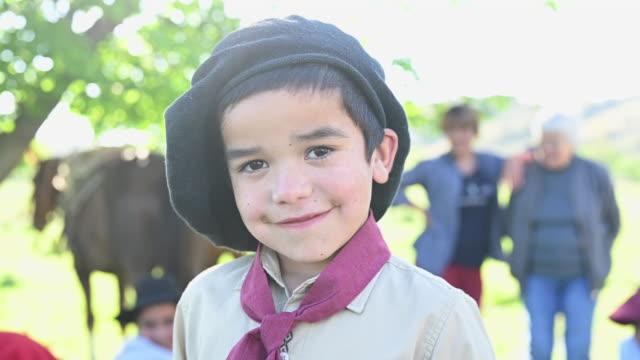 portret argentyńskiego chłopca gaucho w tradycyjnej odzieży - argentyna filmów i materiałów b-roll