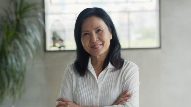 ritratto di imprenditrice asiatica che incrocia le braccia - cultura orientale video stock e b–roll