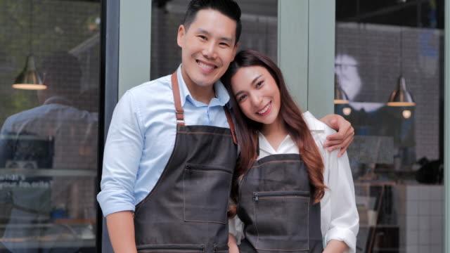 亞洲夫婦小企業主的微笑的肖像。商業、企業家、小企業、成功理念 - 亞太地區 個影片檔及 b 捲影像