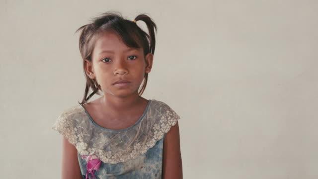 vídeos y material grabado en eventos de stock de retrato de niña asiática, hembra niño mirando a la cámara - toma mediana